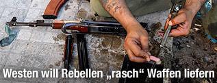 Syrischer Rebell reinigt sein Gewehr