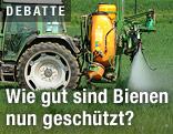Traktor spritzt Acker mit Pestiziden