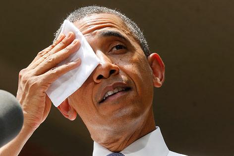 US-Präsident Obama wischt sich sein Gesicht ab