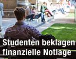 Student sitzt auf der Wiener Haupt-Uni auf einer Bank