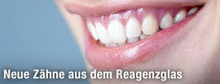 Frau zeigt beim Lächeln Zähne