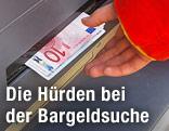 Frau nimmt Geldscheine aus einem Bankomaten