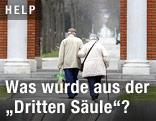 Ein älteres Paar geht spazieren