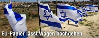 Israelische Fahnen nahe einem Siedlungsgebiet im Westjordanland
