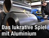 Arbeiter bei einer Aluminiumrolle