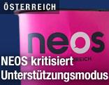 Pult mit dem Logo der Partei NEOS