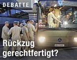 Österreichische UN-Soldaten steigen in einen Bus