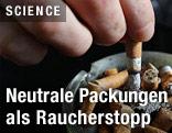 Hand drückt Zigarette aus