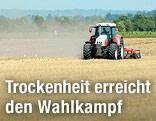 Traktor beim Umpflügen eines dürren Ackers