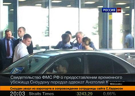 Snowden und sein Anwalt beim Verelassen des Flughafens