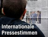 Mann liest in Zeitung einen Snowden-Artikel