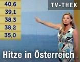 Christa Kummer zeigt auf eine Temperaturtabelle