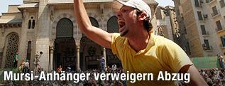 Demonstant vor Moschee in Kairo