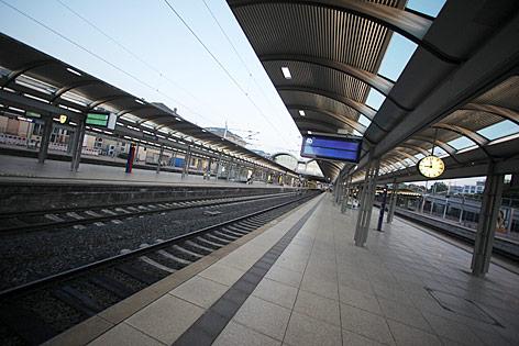 Menschenleere Bahnsteige am Mainzer Bahnhof