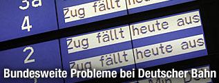 Digitale Infotafel zeigt Zugsausfälle an