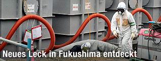 Arbeiter bei Wassertanks in Fukushima