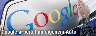 Google-Logo auf Autoscheibe
