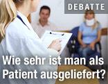 Ärztin mit Patienten in einem Warteraum
