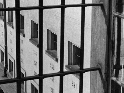 Blick durch ein vergittertes Fenster aus der Strafanstalt Pankratz in Prag