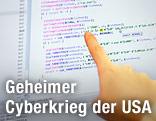 Programmierer zeigt auf einen Monitor mit vielen Code-Zeilen