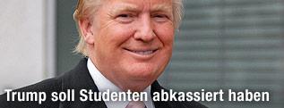 Donald Trump mit einer Universitätsurkunde