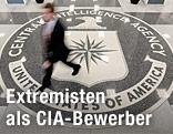Mann geht auf Fußboden mit CIA-Logo