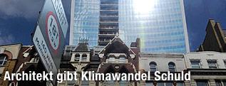 """Personen blicken auf reflektierte Sonnenstrahlen am Wolkenkratzer """"20 Fenchurch Street"""" in London"""