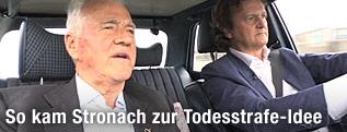 """Frank Stronach während der Aufzeichnung zur ORF-Sendung """"Wahlfahrt"""" im Auto neben ORF-Journalist Hannoh Settele"""