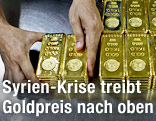 Hände sortieren Goldbarren