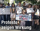 Demonstranten mit Protestschildern