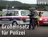 Polizist neben einem Polizeiauto