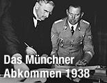 """Sir Neville Chamberlain, britische Premierminister 1938, beim Unterzeichnen des """"Münchner Abkommen"""""""