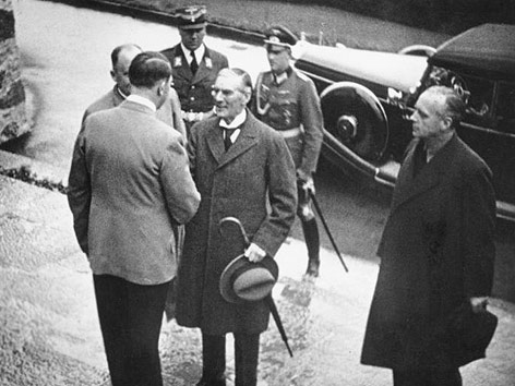 Premierminister Chamberlain bei Hitler 1938