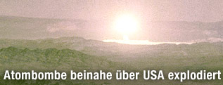 Archivaufnahme einer Explosion nach einem Atombombenabwurf