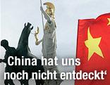 Chinesische Flagge vor Parlament