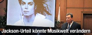 Anwalt hält Plädoyer vor Bild von Michael Jackson