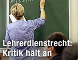Lehrerin in Schulklasse