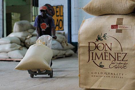 Ein Arbeiter transportiert Kaffesäcke