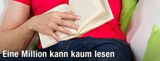 Mann hat Hand auf einem geöffneten Buch