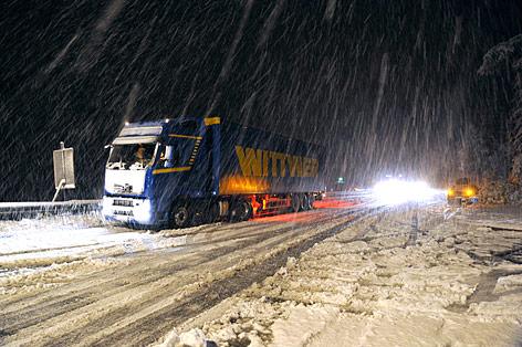 Lkw auf Schneefahrbahn