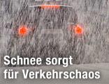 Rücklichter eines Autos bei dichtem Schneefall