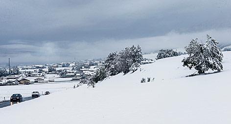 Der verschneite Ort Thaur in Tirol