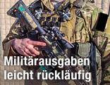 Soldat hält eine Waffe in der Hand