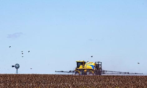 Traktor auf einem Sojafeld
