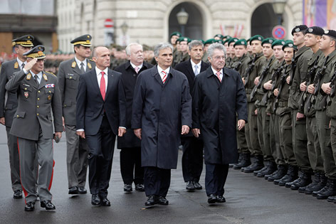 http://orf.at/static/images/site/news/20131043/nationalfeiertag_bundesheer_heldenplatz_faymann_body_a.4525760.jpg