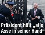 Ein Soldat öffnet Staatspräsident Milos Zeman das Tor zur Prager Burg