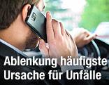 Mit einem Handy telefonierender Mann am Steuer eines Autos