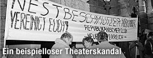 Demonstranten vor dem Burgtheater im Jahr 1988