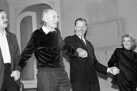 """Claus Peymann und Thomas Bernhard bei der Uraufführung von """"Heldenplatz"""" im Burgtheater"""