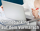 Frau beim Online-Banking
